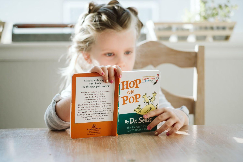 Девочка за чтением книги