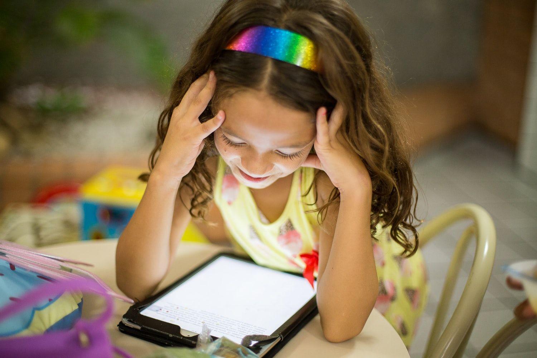 Девочка за планшетом