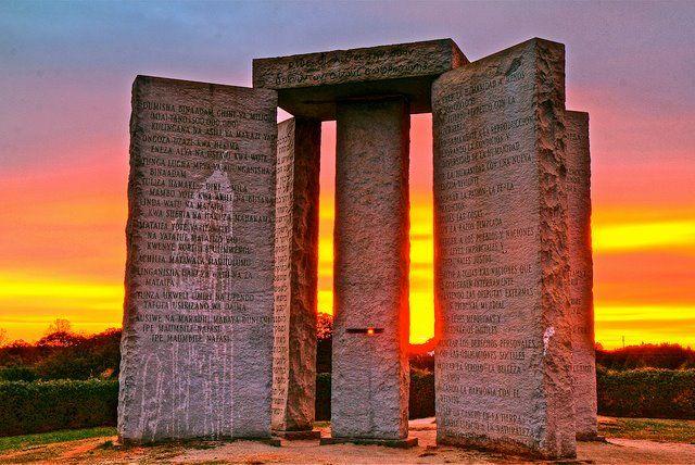 Монумент с надписями на 8 языках