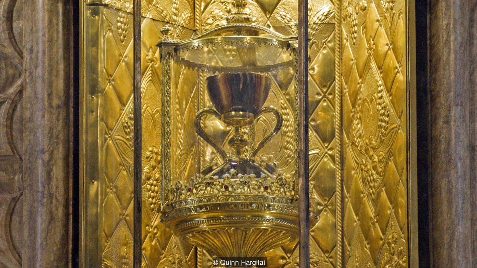 Чаша вырезана из агата и имеет большие золотые ручки и основание, инкрустированное драгоценными камнями (фото: Квинн Харгитай)
